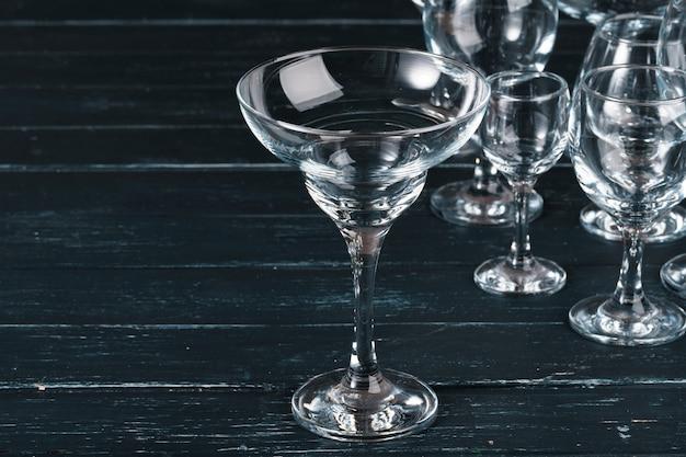 Lege glazen voor drankjes op donkere tafel