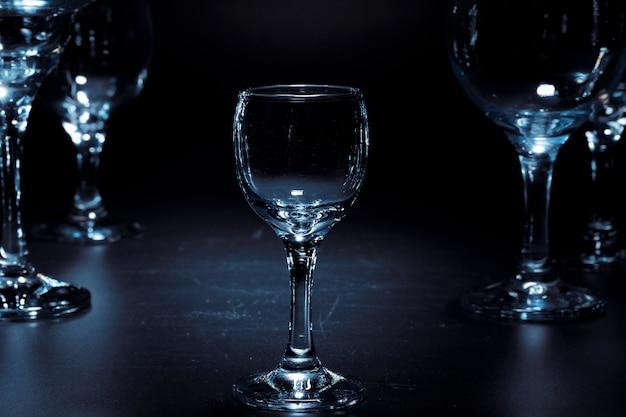 Lege glazen voor drankjes op een donkere ondergrond