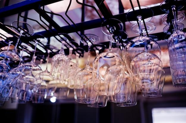 Lege glazen wijn in restaurant, glas water, campagne glas