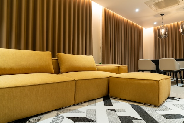 Lege gouden mosterdbank in woonkamer