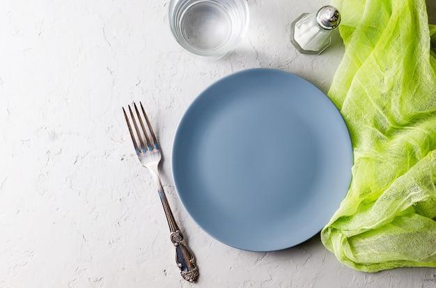 Lege grijze plaat die voor diner dient