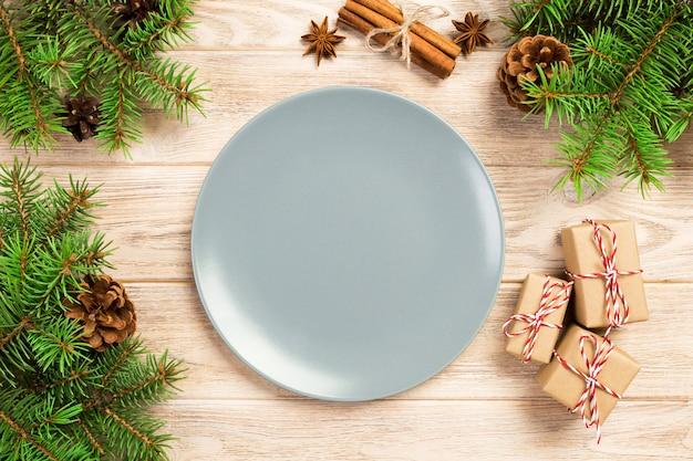 Lege grijze steenplaat op houten met kerstmisdecoratie, ronde schotel, nieuwjaarconcept