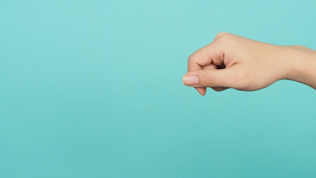 Lege hand die niets vasthoudt of vangt op groene of tiffany blue of mint achtergrond.