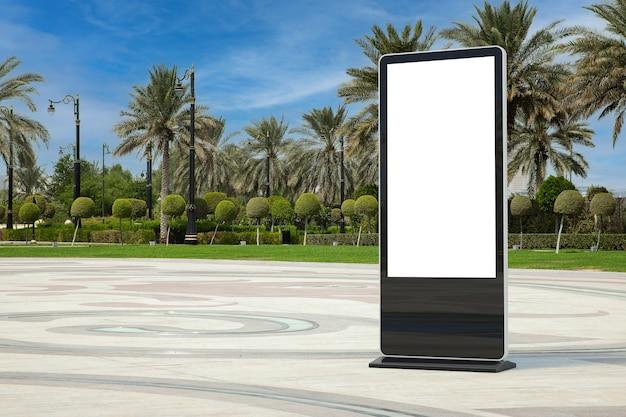 Lege handelsshow lcd-schermstandaard display billboard als sjabloon voor uw ontwerp in lege stadsstraat met extreme close-up van palmbomen. 3d-rendering