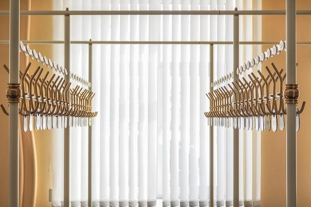 Lege hangers in het theater.