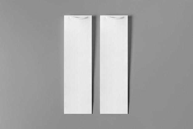 Lege hoge witte wijnfles tas mockup set, geïsoleerd, 3d-rendering. lege handtas voor wijn of wodka mock-up. doorzichtige papieren verpakking die geschikt is voor winkelbranding.