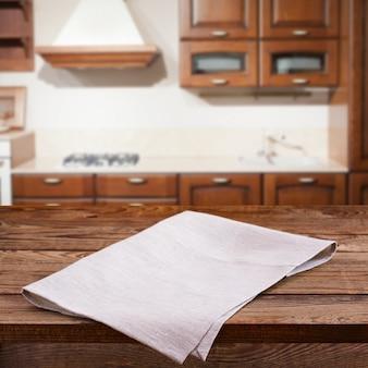 Lege houten dek tafel met tafellaken