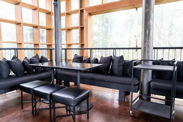 Lege houten eettafel en stoel
