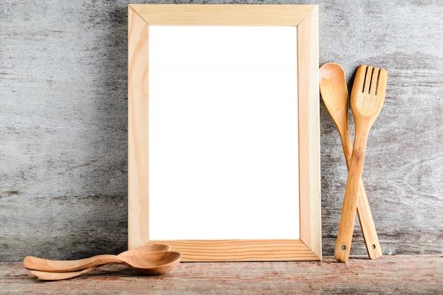 Lege houten frame en keukenaccessoires