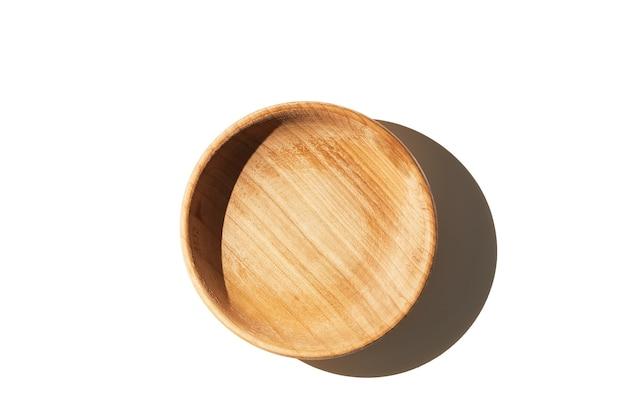 Lege houten geweven kopkom die op witte hoogste mening wordt geïsoleerd als achtergrond met schaduw.