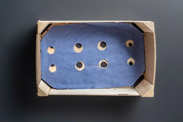 Lege houten kist voor voedsel op donkere en witte achtergrond geïsoleerd b