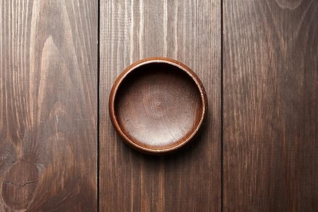 Lege houten kom op bruine lijst