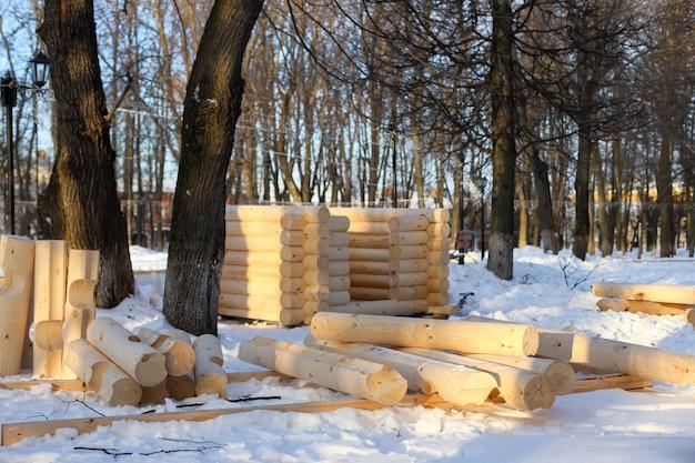 Lege houten logboeken voor de bouw van een huis