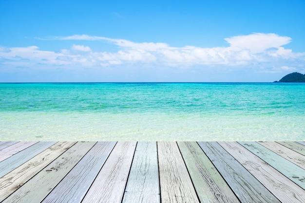 Lege houten op zee strand smaragd