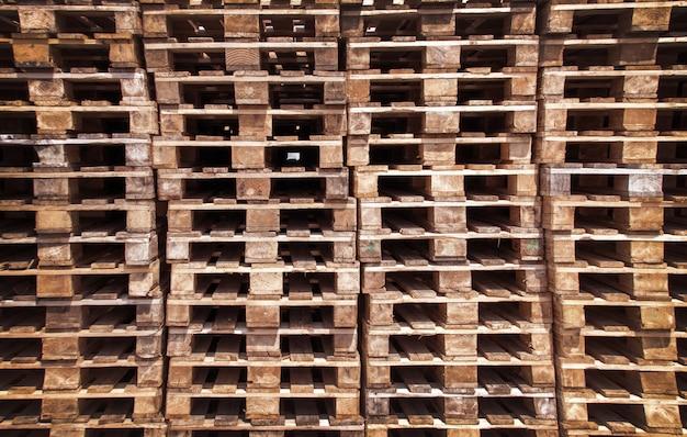 Lege houten pallets in het magazijn