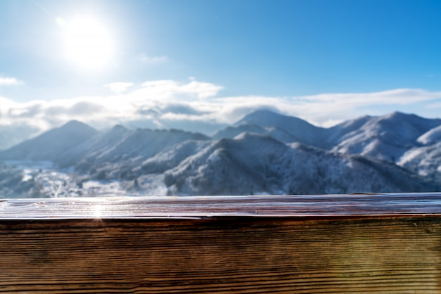 Lege houten plank hoogste lijst voor de vage mening van de sneeuwberg