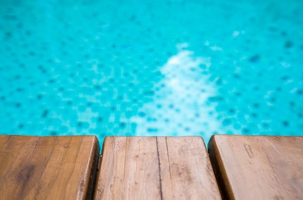 Lege houten plank op het zwembad voor achtergrond Premium Foto