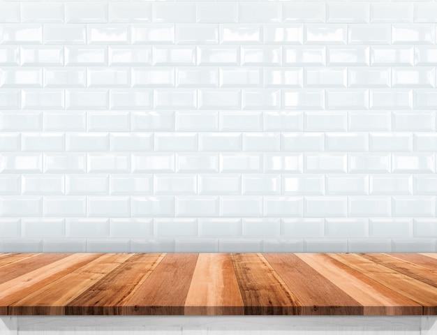 Lege houten plank tafelblad met glanzende keramische witte tegel muur achtergrond