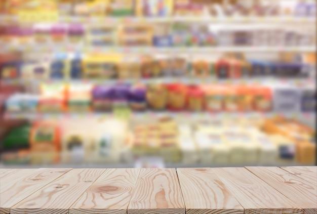 Lege houten plank tafelblad van onscherpe supermarkt achtergrond. kopie ruimte