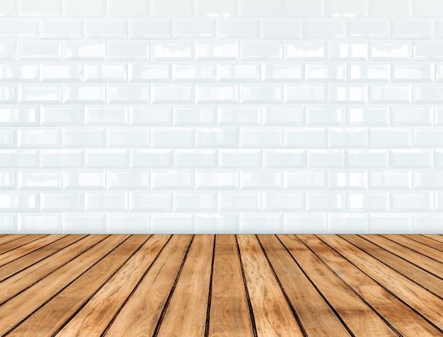 Lege houten plankenvloer en glanzende witte tegel ceramische muur