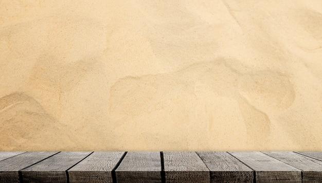 Lege houten plankteller op zandige achtergrond voor productvertoning