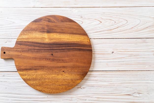 Lege houten snijplank met keukendoek