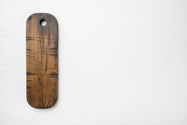 Lege houten snijplankenset, bovenaanzicht plat, met kopieerruimte voor tekst of uw product, op witte stenen tafelachtergrond