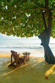 Lege houten stoel met strandzee