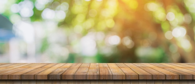 Lege houten tafel en intreepupil bokeh