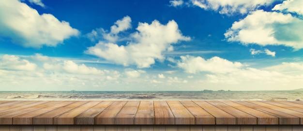 Lege houten tafel en landschap van de kustzee, golven met weergavemontage