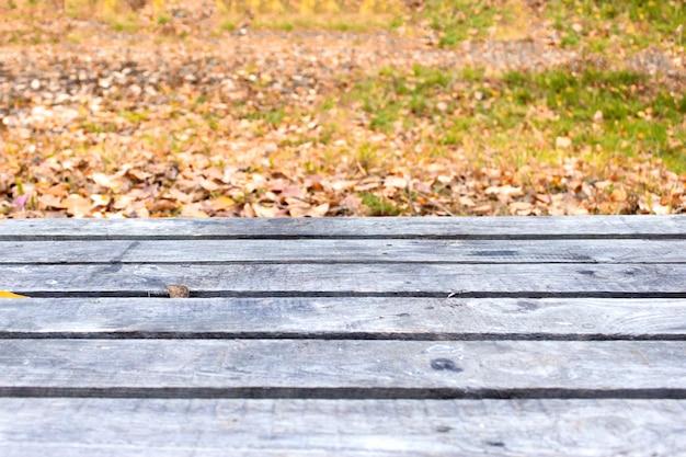 Lege houten tafel en wazig aard tuin