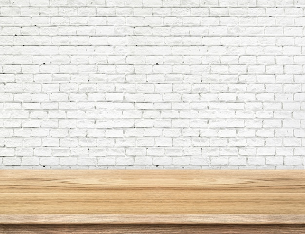 Lege houten tafel en witte bakstenen muur op achtergrond. product weergavesjabloon.