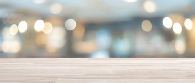 Lege houten tafel met onscherpe achtergrond, voor platte tekst of product