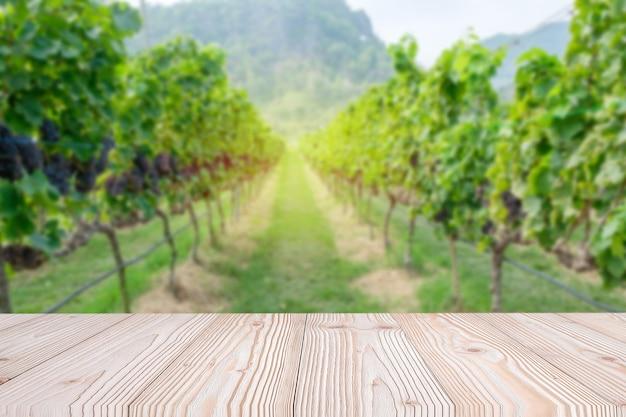 Lege houten tafel met vers druiven