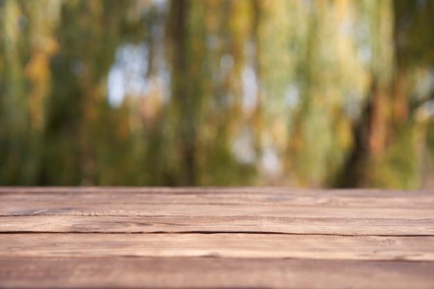 Lege houten tafel natuur bokeh achtergrond met een land buiten thema