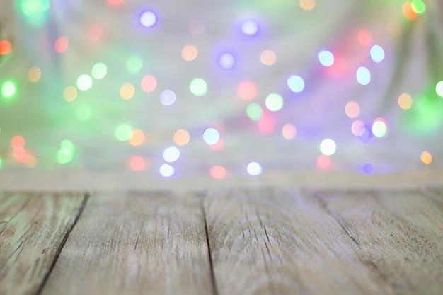 Lege houten tafel of plank muur op kleurrijke bokeh achtergrond.