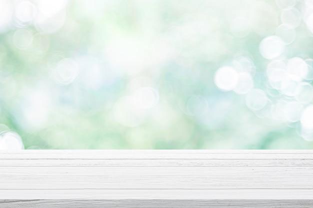 Lege houten tafel op groene bokeh achtergrond