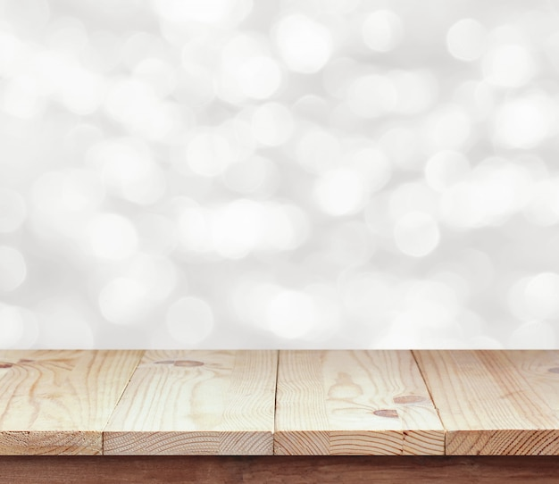 Lege houten tafel op witte onscherpe achtergrond.