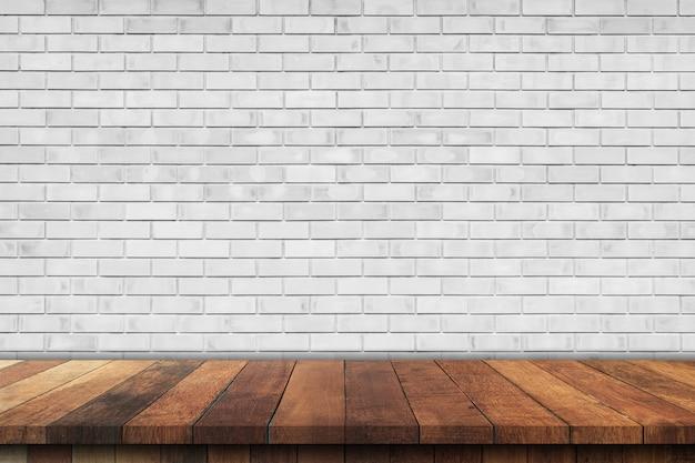 Lege houten tafel over witte bakstenen muur achtergrond