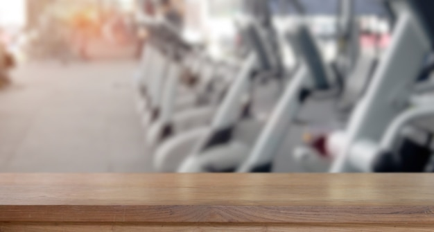 Lege houten tafel ruimte platform en fitness gym achtergrond