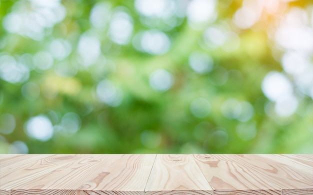 Lege houten tafelblad en vervagen aard