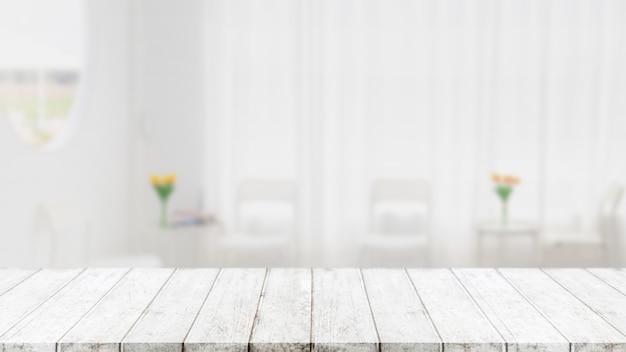 Lege houten tafelblad en wazig coffeeshop en restaurant interieur achtergrond - kan worden gebruikt voor het weergeven of monteren van uw producten.