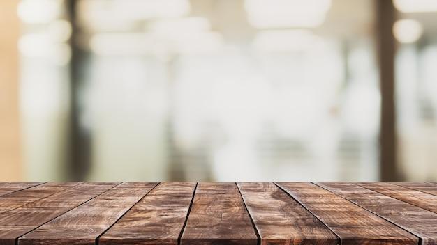 Lege houten tafelblad en wazig restaurant interieur achtergrond