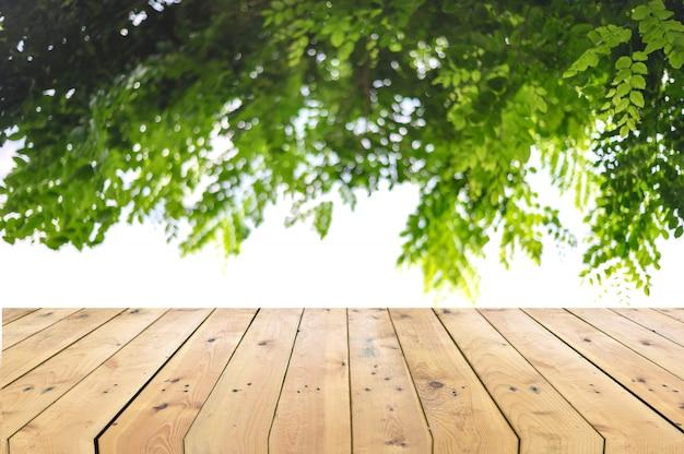 Lege houten tafelblad met boomtak achtergrond