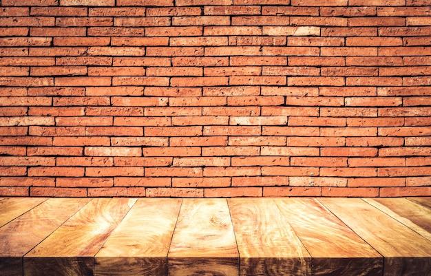 Lege houten tafelblad met bruine bakstenen muur achtergrond.