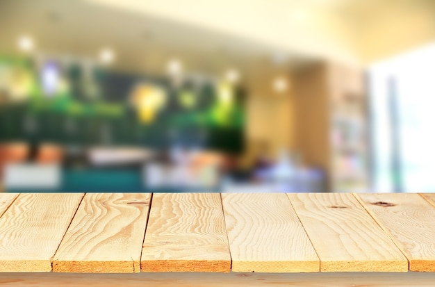 Lege houten tafelblad met coffeeshop vervagen met bokeh backgroundproduct display
