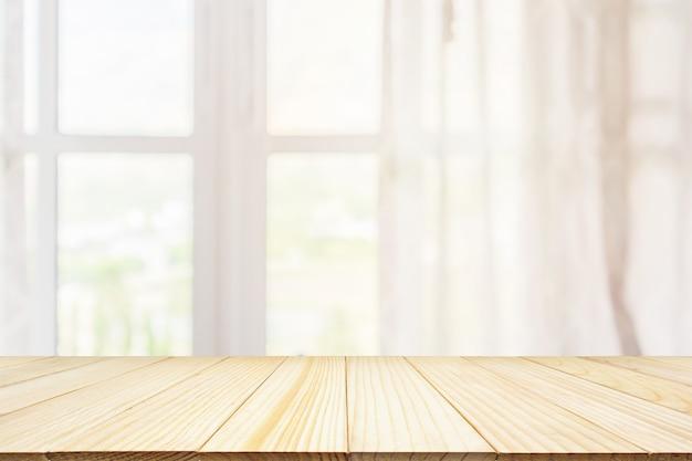 Lege houten tafelblad met venster gordijn abstract achtergrond wazig voor productweergave