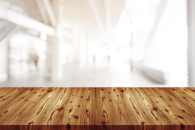 Lege houten tafelblad met wazig van koffie winkel, café, bar achtergrond