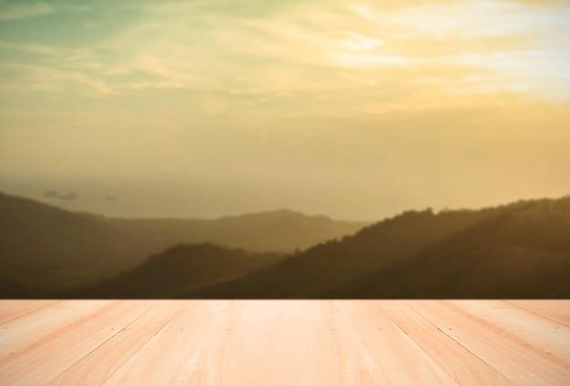 Lege houten tafelblad op berg ochtend onduidelijk voor de achtergrond l