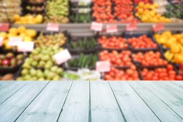 Lege houten tafelblad op wazig fruit van de markt, winkel.